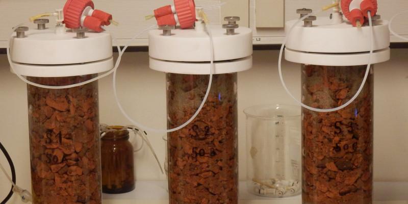 Drei Prüfzylinder gefüllt mit Bauprodukten