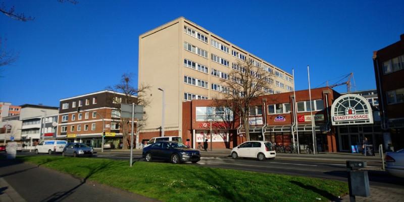 mehrstöckiges Bürogebäude in der Stadt