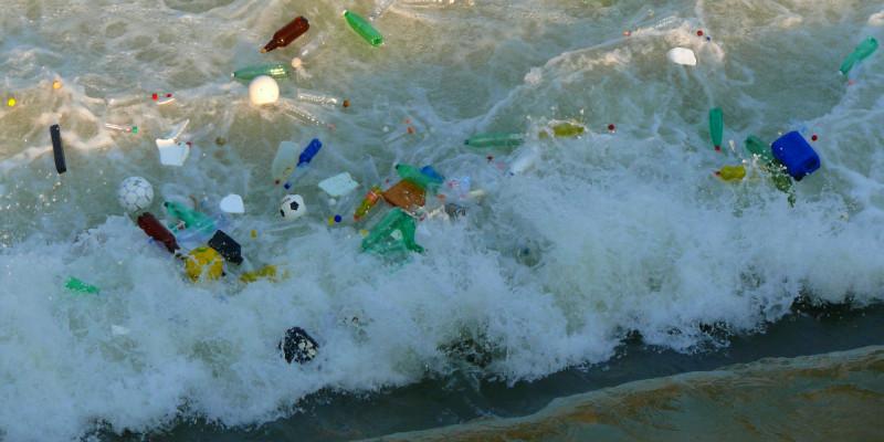 Plastikflaschen und anderer Müll im Meer