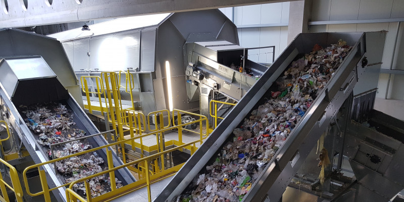 In einer Anlage werden Müllteile auf Förderbändern transportiert