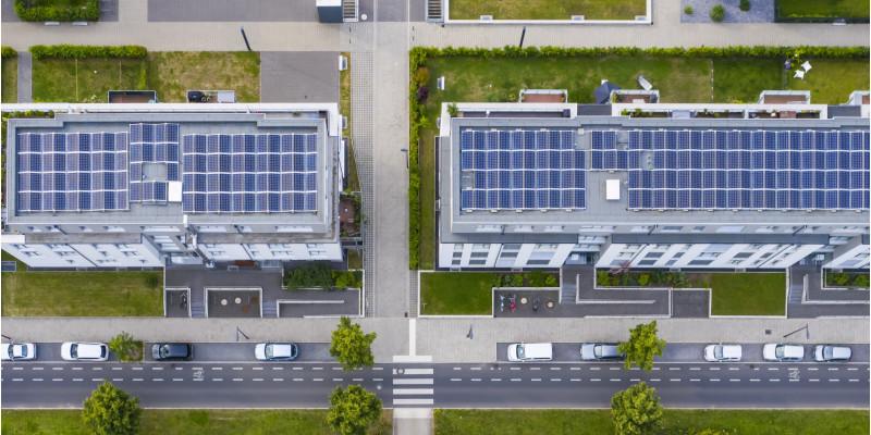 Luftbild eines Stadtquartiers mit Grün- und Solardächern