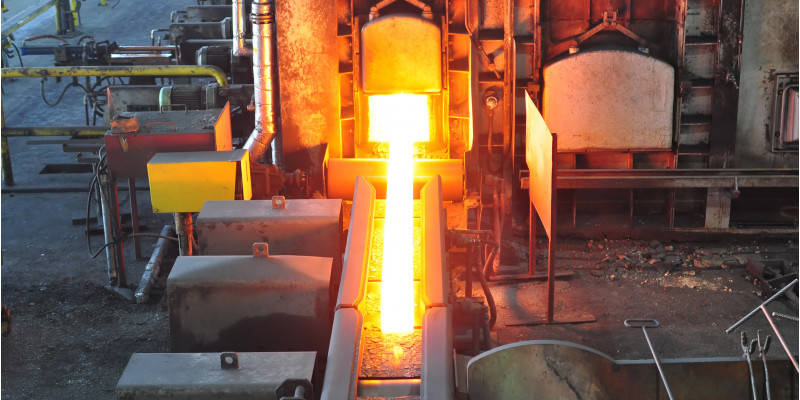 glühender Stahl in einem Stahlwerk