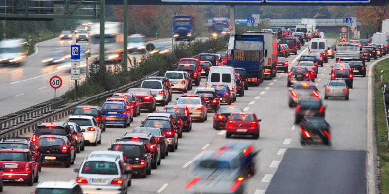 Auf der Autobahn Richtung Nürnberg stehen Autos im Stau.