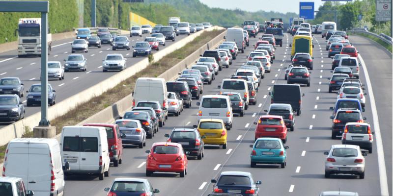 Dichter Autoverkehr auf einer achtspurigen Autobahn