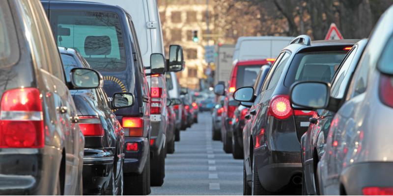 Auto-Stau auf einer Innenstadt-Straße