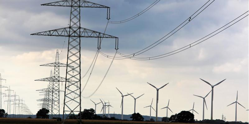 Stromtrasse und Windräder
