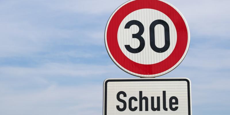 Verkehrsschild Tempo 30 und Schule