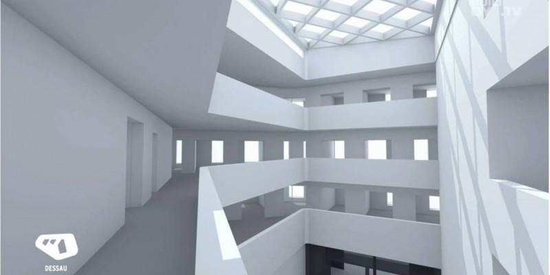Computersimulation eines Innenhofes. Auf mehreren Etagen laufen umlaufend Gänge, von denen nachb außen Räume abgehen. Das Dach des Innenhofes ist verglast.