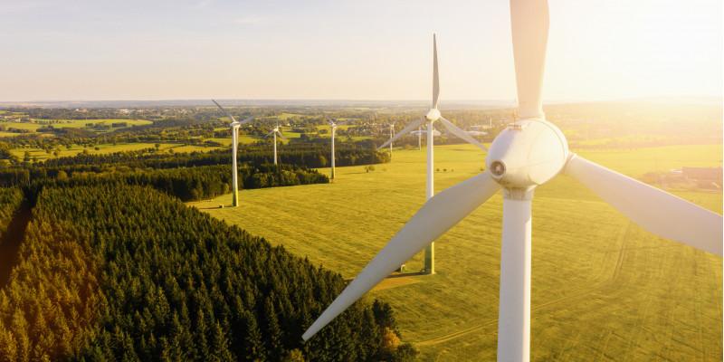 Windkraftanlage auf einem Feld