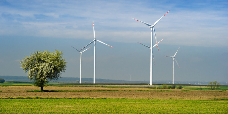 Fünf Windenergieanlagen auf einem Feld