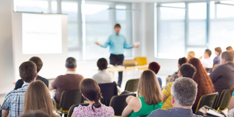 Redner und Publikum auf einer Veranstaltung