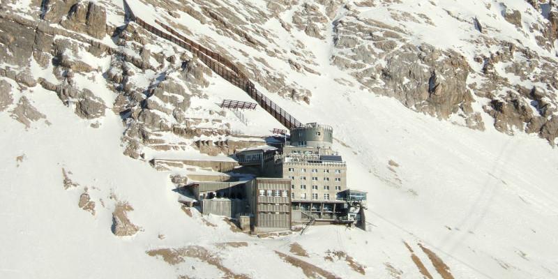 Messstationsgebäude an einem schneebedeckten Berghang