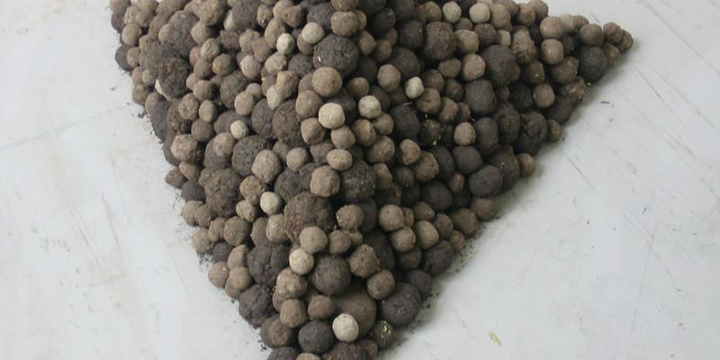 Eine Pyramide aus gestapelten Saatbällen
