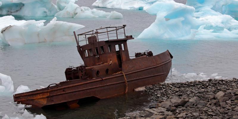 Schiffswrack an der arktischen Küste