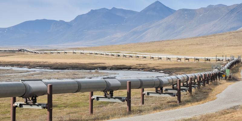 Ölpipeline, im Hintergrund Berge