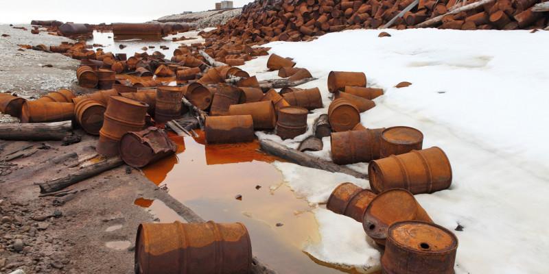 Verrostete Treibstoff- und Chemikalienfässer auf Franz-Josef-Land