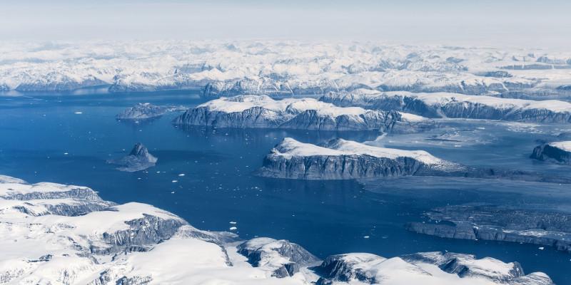 Eisbedeckte Berglandschaft auf Grönland