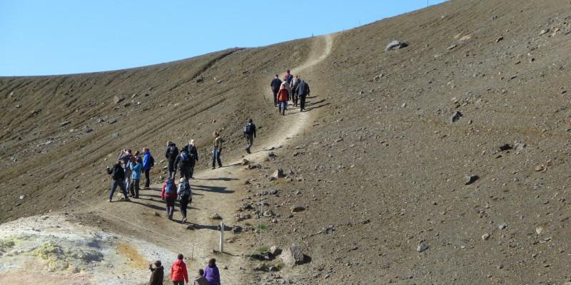 Touristen am Vulkansystem Krafla in der Region Mývatn, Island