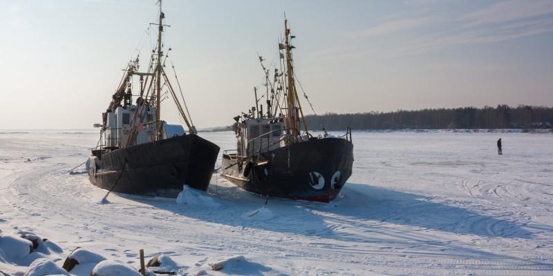 Zwei alte Fischkutter im Eis gefangen