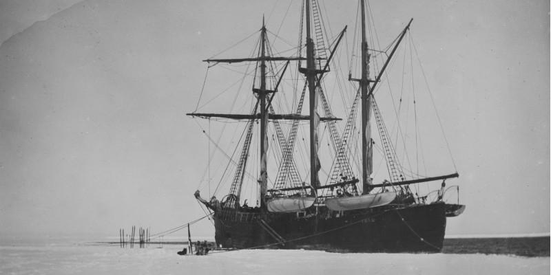 Schwarz weiß Bild des Forschungsschiffes Fram im Eis