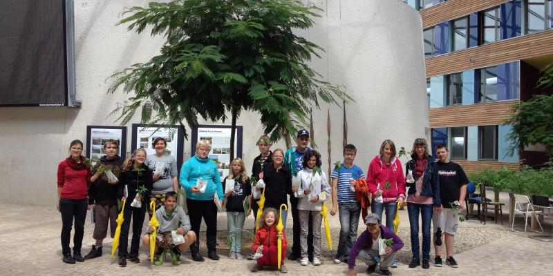 Forum des UBA: Mehrere Kinder halten Pflanzen in den Händen.