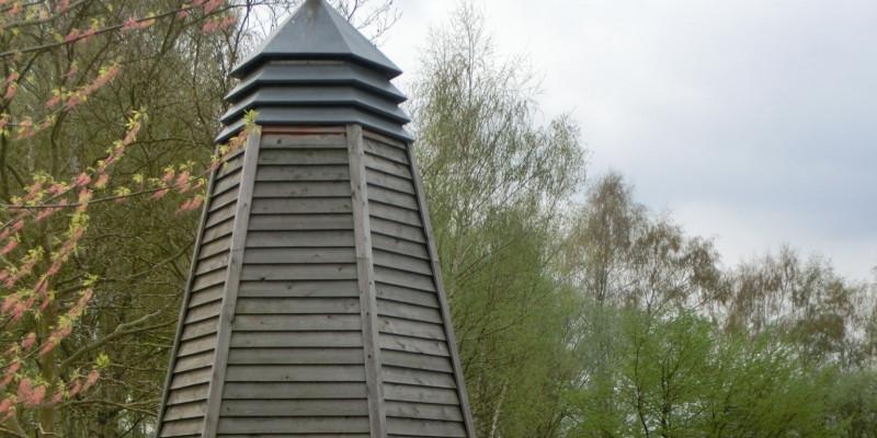 Sechseckiges Brunnenhaus aus Holz