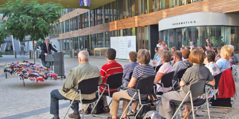 Dr. Thomas Holzmann, Vizepräsident des UBA, hält eine Rede vor Publikum im Atrium des UBA Dessau