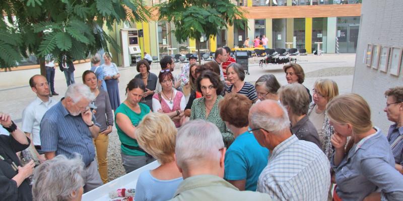 Die Künstlerin erklärt den Zuschauern ihre Ausstellungsstücke, die im Atrium des UBA in Dessau hängen