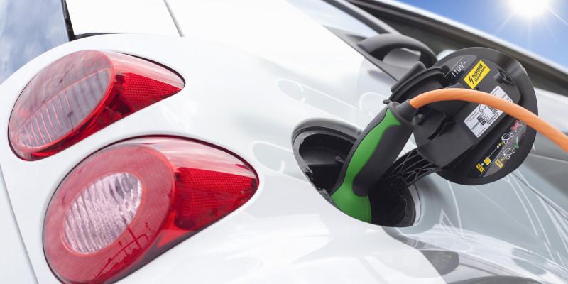 Ein Elektroauto wird an einer öffentlichen Tanksäule mit Strom aufgetankt