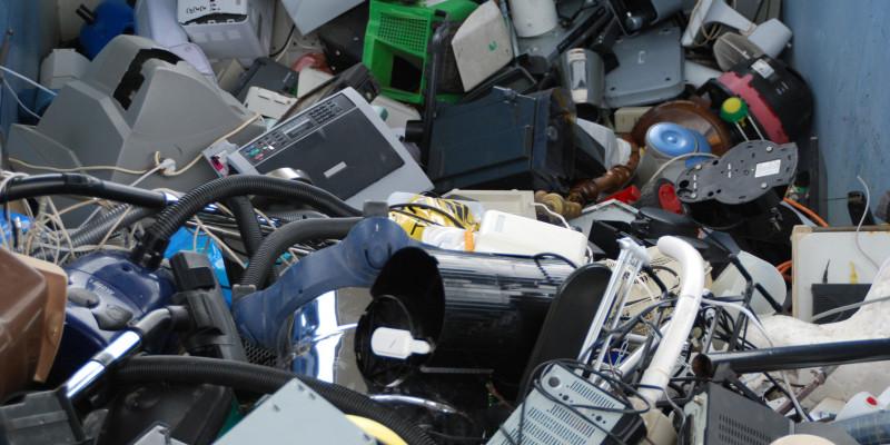 Container enthält alte Elektrogeräte wie Monitore, Computer und Haushaltsgeräte