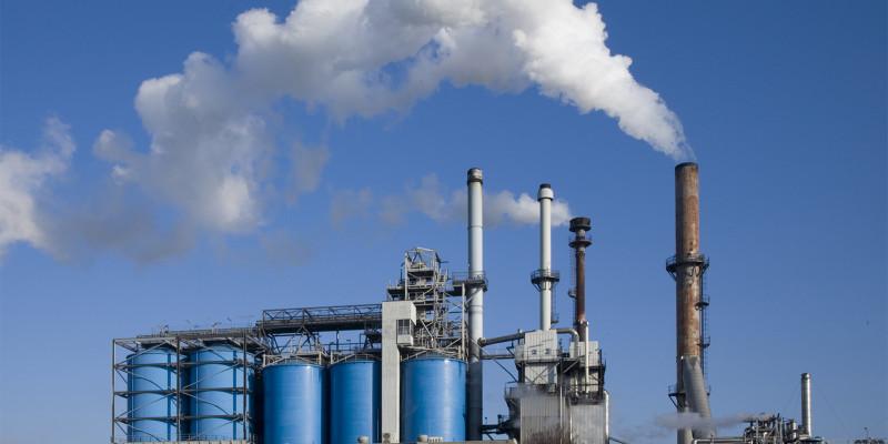 Industrieanlage stößt über die Schornsteine Schadstoffe in die Luft aus