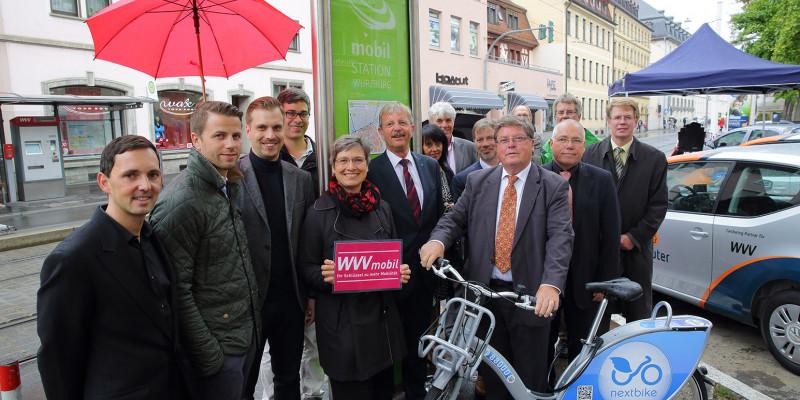 Einweihung einer Mobilitätsstation an einer Straße in Würzburg