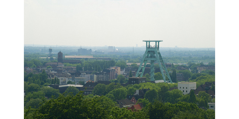 Luftaufnahme auf Bochum mit Blick auf den Kohle-Förderturm einer Zeche.