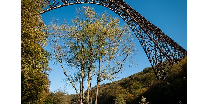Park mit Müngstener Brücke in Solingen