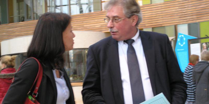 Rita Schwarzelühr-Sutter, Parlamentarische Staatssekretärin des Bundesumweltministeriums, und Thomas Holzmann, amtierender Präsident des UBA, bei der Begehung der Ausstellung.