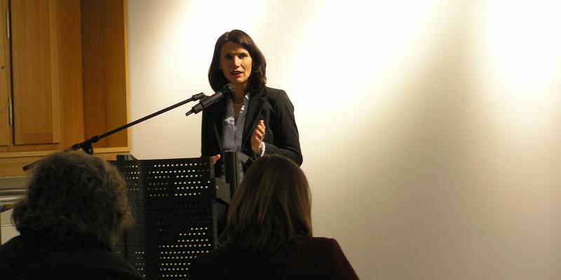 Rita Schwarzelühr-Sutter, Parlamentarische Staatssekretärin des Bundesumweltministeriums, hinter dem Podium während ihrer Rede bei der Eröffnung der Ausstellung.