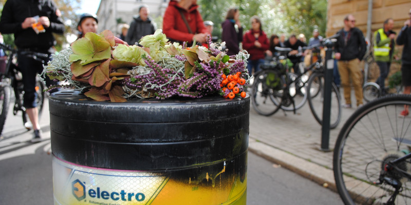 Poller bei der Rollparade mit Blumen geschmückt