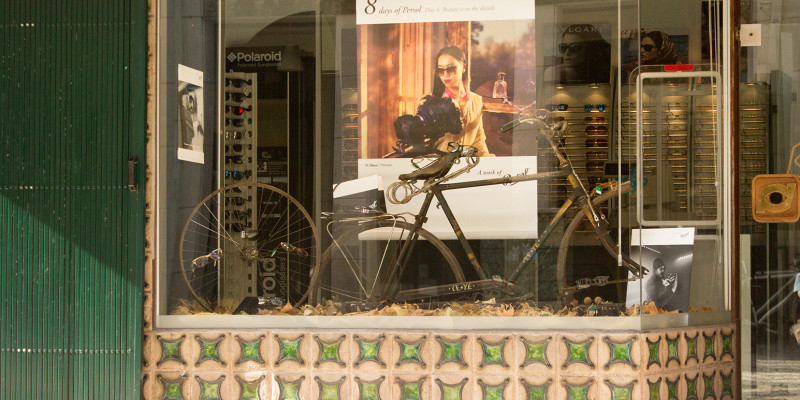 Schaufenster mit einem Fahrrad als Dekoration