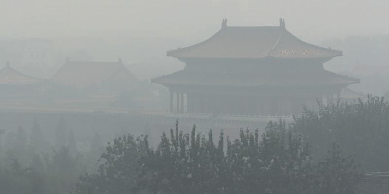 Gebäude der Verbotenen Stadt in Peking sind von Smog eingehüllt.