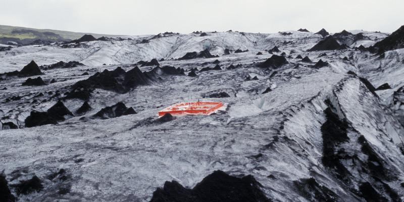 Schwarz-weiß-Aufnahme eines Gebirges, darin in Rot: ein Rahmen, mit dem die Künstlerin einen Abdruck des Bodens macht.