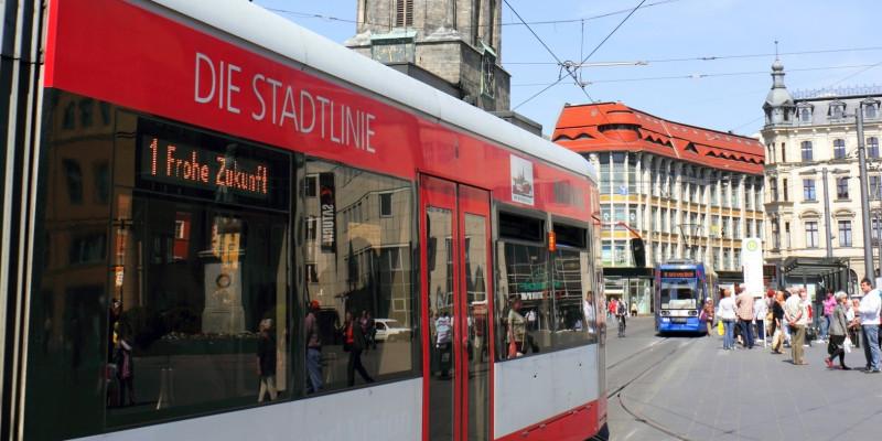 Straßenbahn hält an Haltestelle