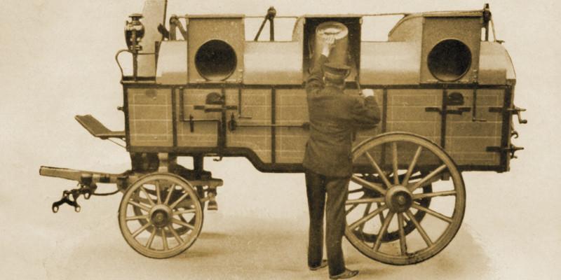 Ein Arbeiter leert einen Runden eimer in ein Transportfahrzeug mit dafür vorgesehenen Öffnungen.