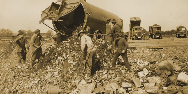 Entleerung eines Müllwagens mit großer Tonne
