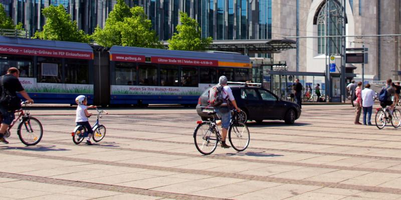 Leiziger Augustusplatz mit Fahrrädern und einer Tram im Hintergrund