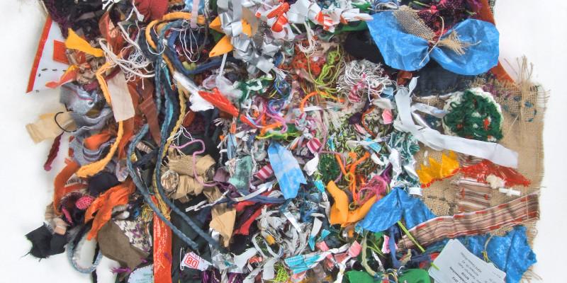 Patchwork-Tuch aus verschiedenen Stoffe, Plastik und anderen Materialien, die zusammengenäht wurden
