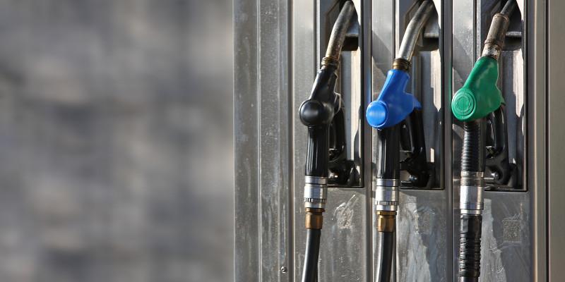 Zapfsäule einer Tankstelle mit drei Benzinzapfhähnen