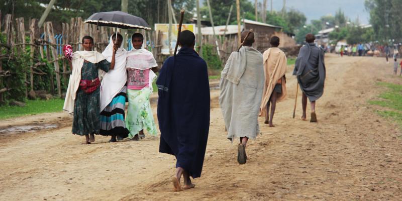 Menschen auf einer Straße in Äthiopien