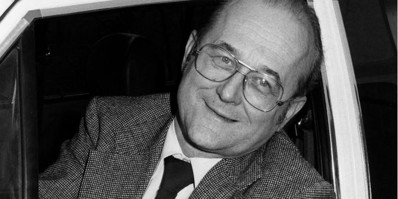 """Heinrich von Lersner präsentiert 1981 asbestfreie Bremsbeläge, die mit dem Umweltzeichen """"Blauer Engel"""" ausgezeichnet wurden."""