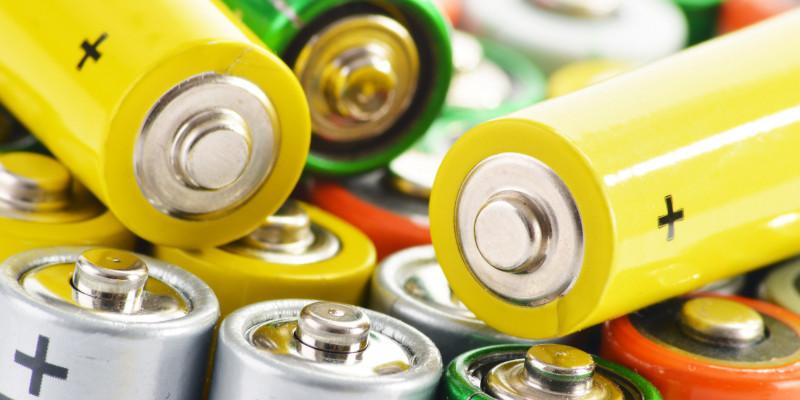 Gelbe, grüne und rote Batterien liegen durcheinander