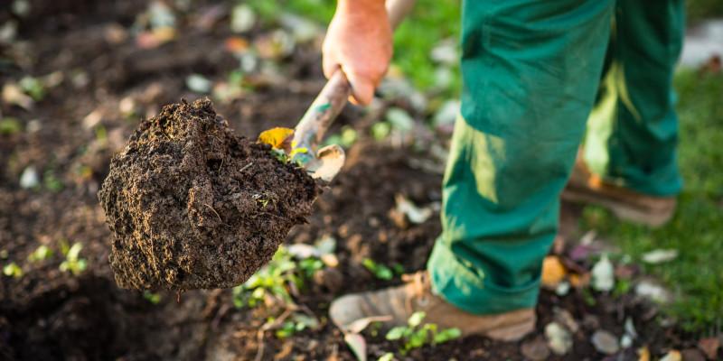 Ein Mann gräbt den Boden um